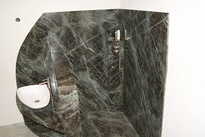 Badezimmer ideen halbe fliesen halb putz for Raufasertapete grau